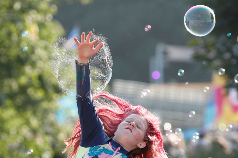 Thousands descend on UK music festival amid rise in COVID cases