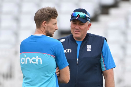 Joe Root and Chris Silverwood chat in England training