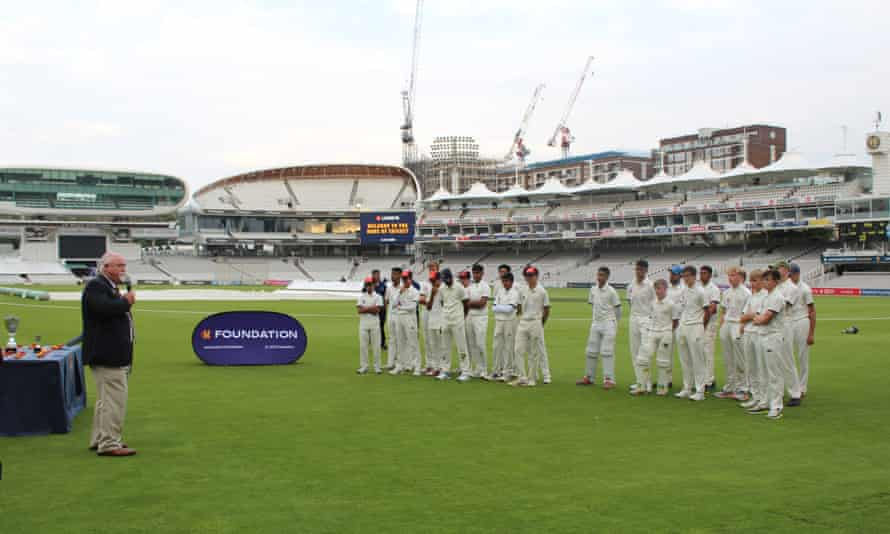 Mike Gatting presents the boys' medals after Manchester beat Slough on the final ball of the innings.