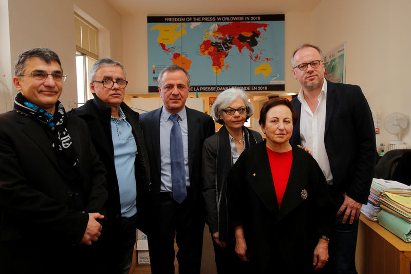 © Reuters. Reza Moini, the head of RSF's Iran/Afghanistan desk, Taghi Rahmani, Iraj Mesdaghi, Monireh Baradaran, Iranian Nobel Peace laureate Shirin Ebadi and Christophe Deloire, director of Reporters Without Borders, pose during a news conference on Iran in Paris