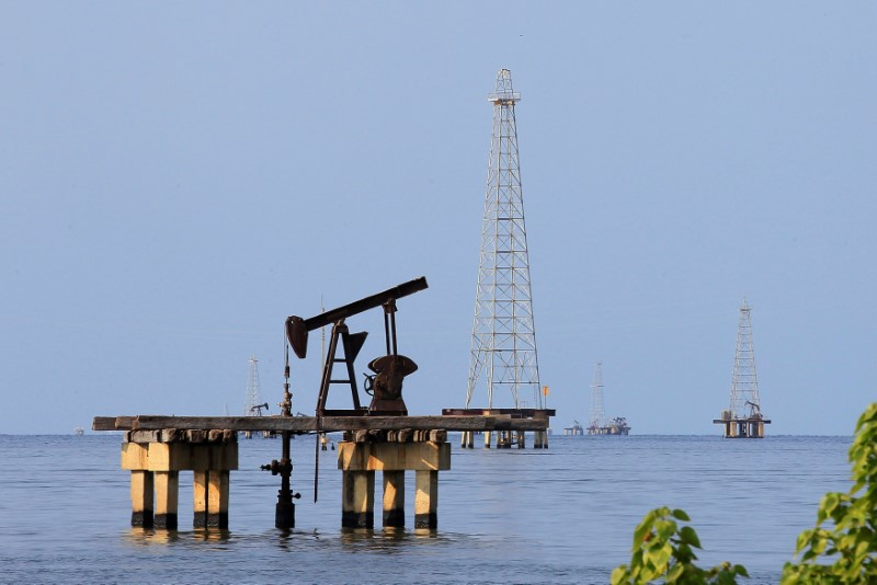 © Reuters. FILE PHOTO: Oil facilities are seen on Lake Maracaibo in Cabimas