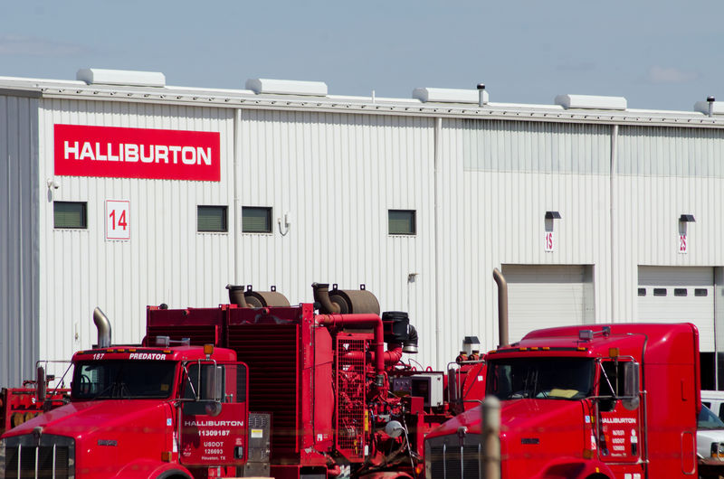 © Reuters. FILE PHOTO: Idle oil production equipment is seen in a Halliburton yard in Williston