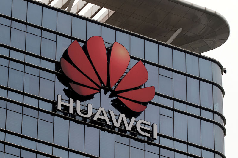 © Reuters. FILE PHOTO: The Huawei logo is pictured outside its Huawei's factory campus in Dongguan, Guangdong province