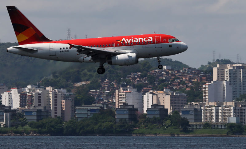© Reuters. FILE PHOTO: An Airbus A318 airplane of Avianca Brazil flies over the Guanabara Bay as it prepares to land at Santos Dumont airport in Rio de Janeiro
