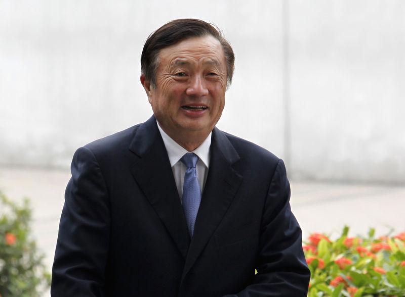 © Reuters. FILE PHOTO: Huawei CEO and founder Ren Zhengfei walks inside Huawei's headquarters in Shenzhen