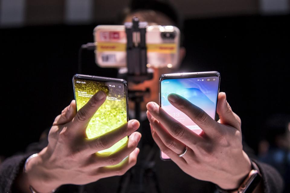 An attendee holds the Samsung Electronics Co. Galaxy S10, left, and the Galaxy S10+ during the Samsung Unpacked launch event in San Francisco, California, U.S. on Wednesday, Feb. 20, 2019. Photographer: David Paul Morris/Bloomberg