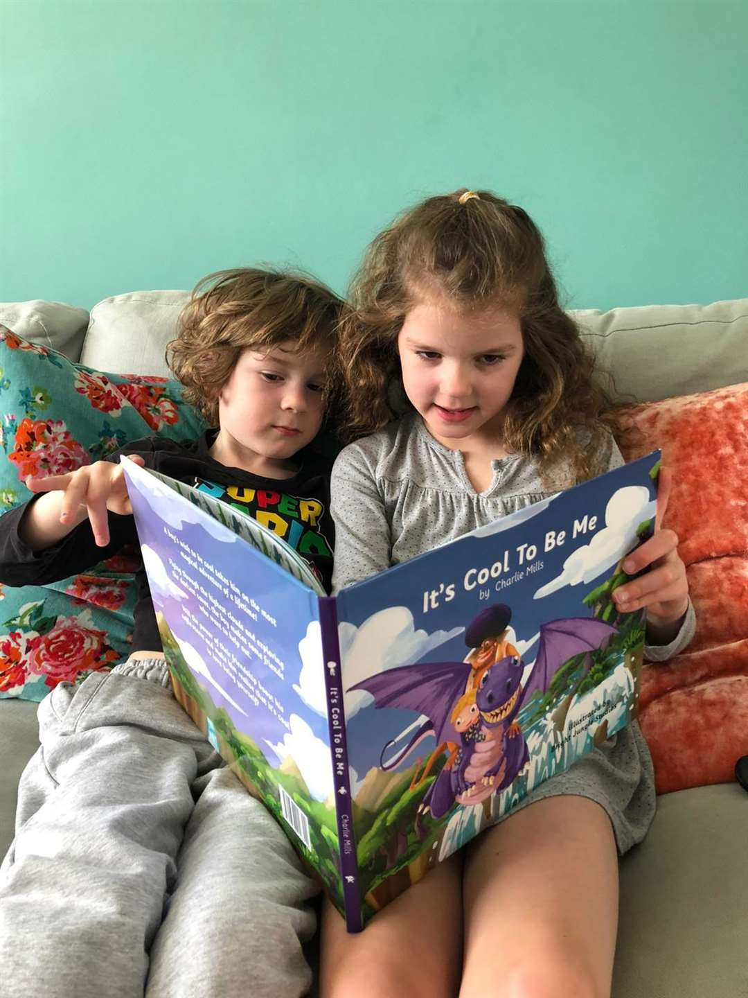 Charlie's cousins Jackson (5) and Penelope (6) from Bishop's Stortford enjoy the book (37319248)