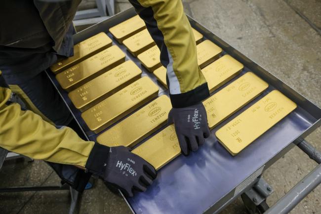 Gold Edges Higher as Virus Variant Threatens Global Recovery