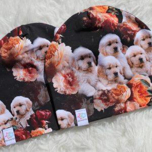 mössa med hundar valpar blommor