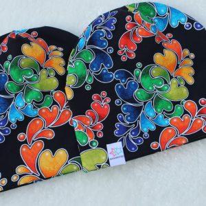 Mössa regnbågsfärger och hjärtan