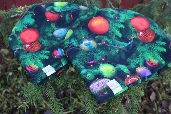 mössa med julkulor julgran