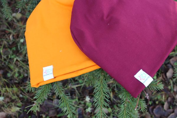 orange och vinröd mössa
