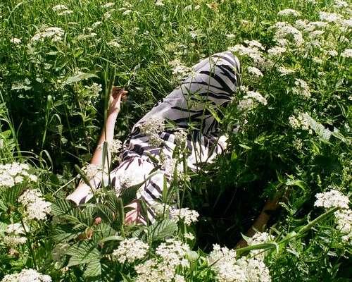 Kvinde mindful i naturens blomster