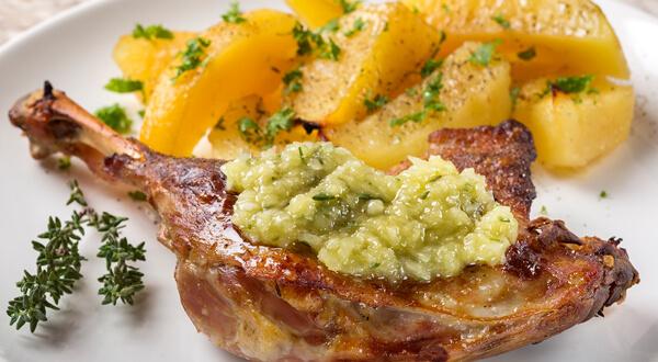 Como preparar cabrito con salsa de ajo y patatas asadas
