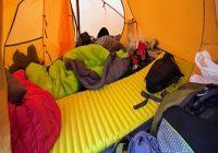 Die Luftmatratze. Unaufgeräumtes Zelt mit gelber Luftmatratze.