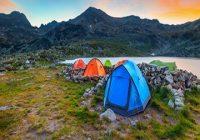 Zelten am See. Campingplatz nahe alpinem See bei Sonnenuntergang, Retezat-Berge, Rumänien.