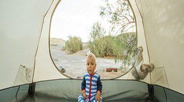 Zelten mit Kind. Junge im Zelt.