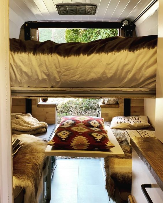 vanlife camper campervan camper inrichting zelfbouw bed lift bed