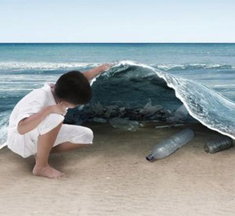 jongen tilt golven op en ziet plastic liggen
