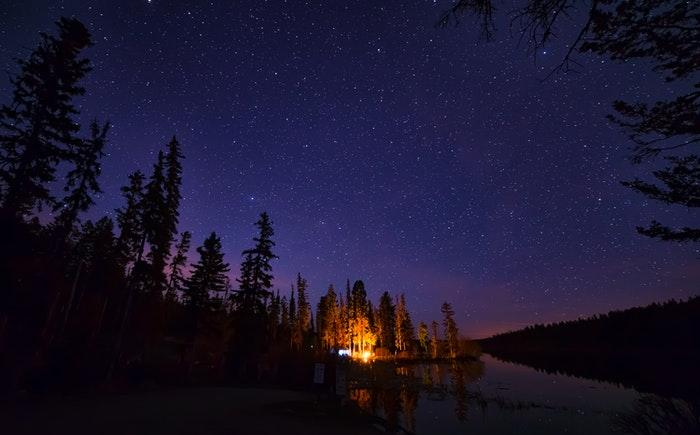 Nattehimmel over campingplads