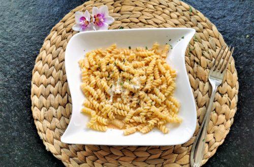 Du hast wenig Zeit und willst auf die Schnelle was zaubern? Wie wäre es mit Pasta mit Rahmsoße? Ein absolutes Soulfood ohne Tütchen. Dafür mit vollem Genuss!