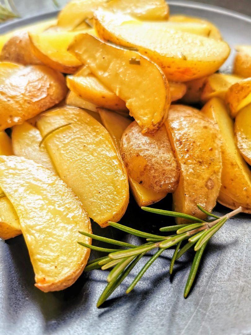 Kartoffelspalten mit Rosmarin - die perfekte Beilage zu Fleisch und Fisch. Aber auch als veganes Hauptgericht unschlagbar!