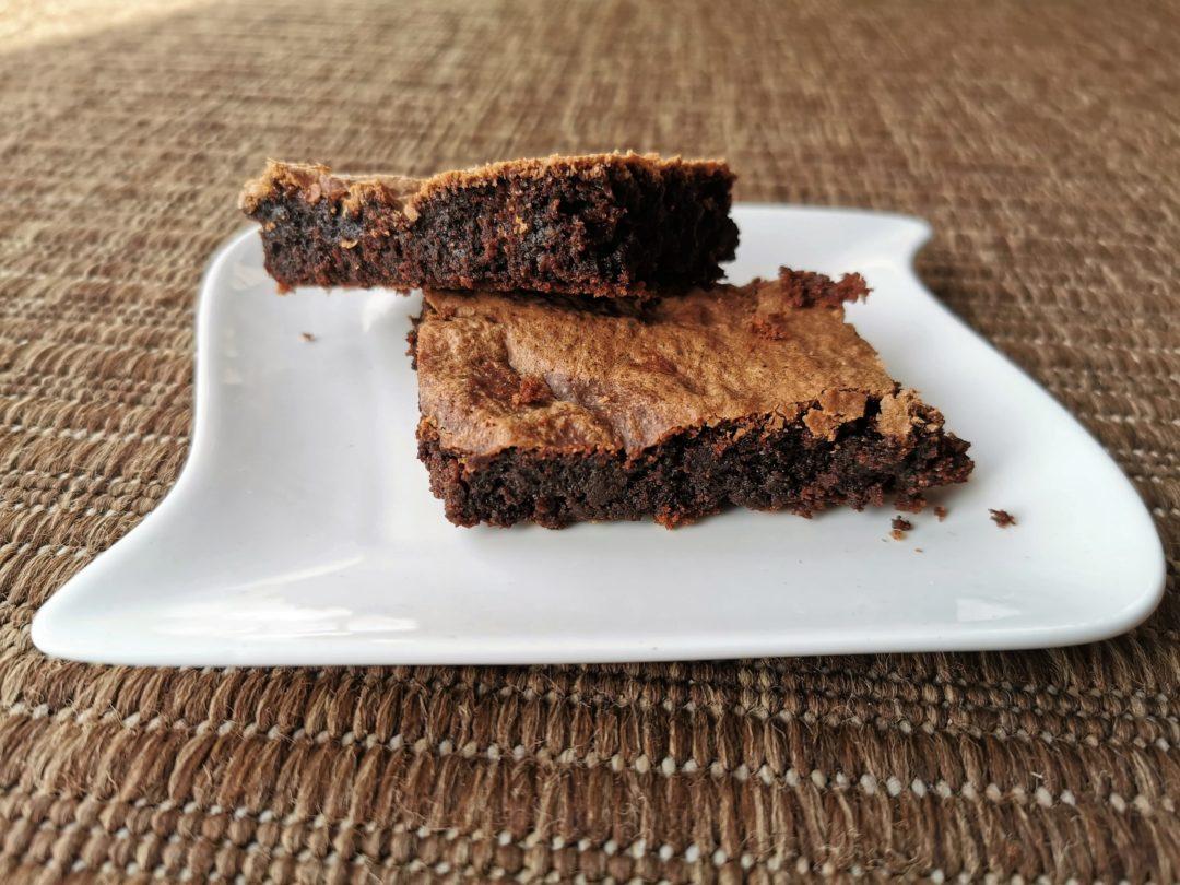 Schokoladenkuchen vom Blech ist eine Sünde wert. Schnell, gelingsicher und einfach lecker ist dieses Rezept auf Cappotella