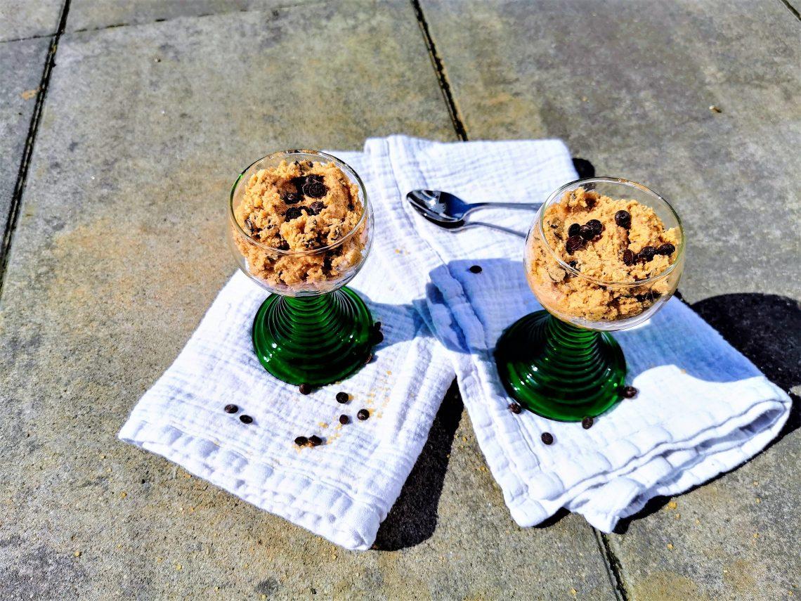 Roher Keksteig ist Soulfood. Ich habe hier ein Rezept ohne Ei für dich, das du unbedingt testen musst. So einfach geht Cookie Dough selber machen!