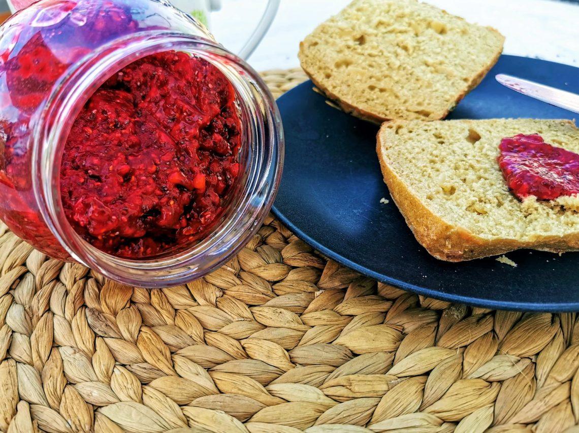 Chiamarmelade mit Himbeeren selber machen: Eine tolle Alternative zur herkömmlichen Marmelade, nur ohne zugesetzten Zucker. Ein Rezept nach den clean eating Prinzipien und vegan.