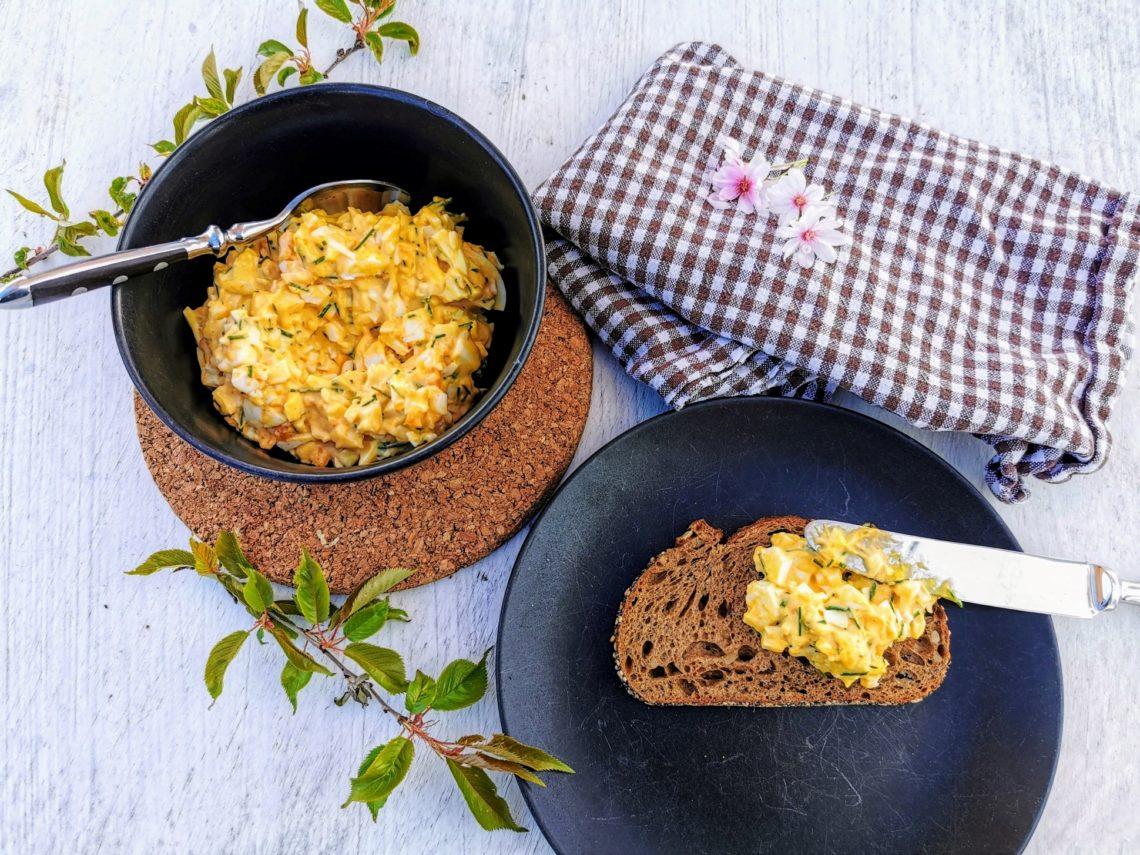 Ein einfaches Rezept für schnellen Eiersalat mit Mayonnaise. Unkompliziert und lecker!