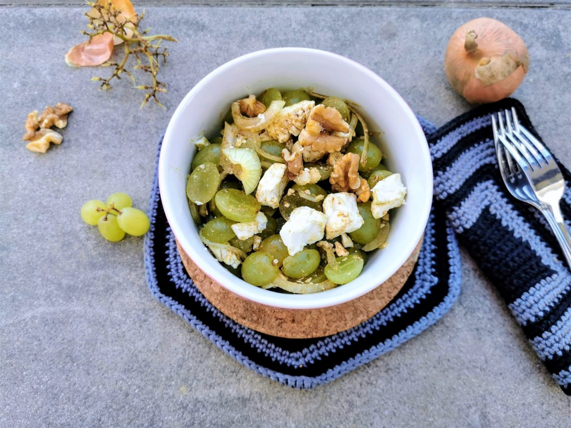 Ein frisches Rezept für Traubensalat mit Feta. Die Kombination aus süßen Weintrauben mit würzigem Schafskäse und Nüssen ist unschlagbar lecker!