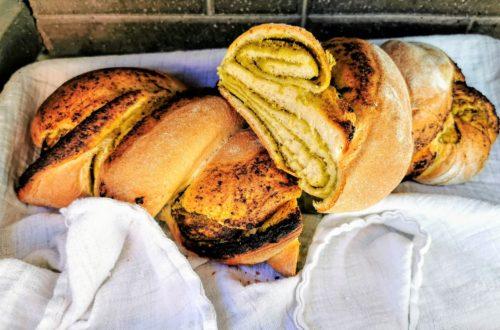 Pestobrot: ein herrlich unkompliziertes Rezept für Pestobrot mit Hefeteig. Dieses Brot wirst du lieben, denn es schmeckt unschlagbar gut und braucht weniger als eine Stunde vom Start bis zum Genuss!