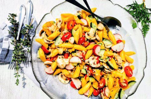 Vegetarischer Schupfnudelsalat - ein tolles sommerliches Gericht, das gut als Hauptspeise, zu Grillfleisch oder einfach so schmeckt. Nachkochen und genießen!