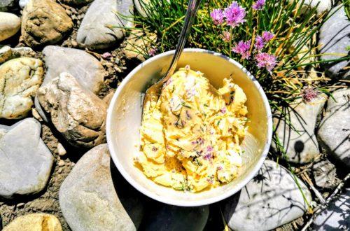 Rezept für Schnittlauchbutter. Der Clou daran sind die Blüten, die eine sanfte Süße als Kontrast zum scharfen Schnittlauch abgeben.