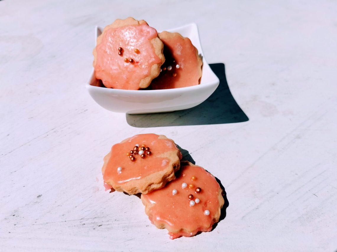 Herrlich leckere Rosenkekse backen? Mit diesem Rezept kein Problem. Das Tolle daran: Die Kekse kommen ohne Rosenwasser aus!