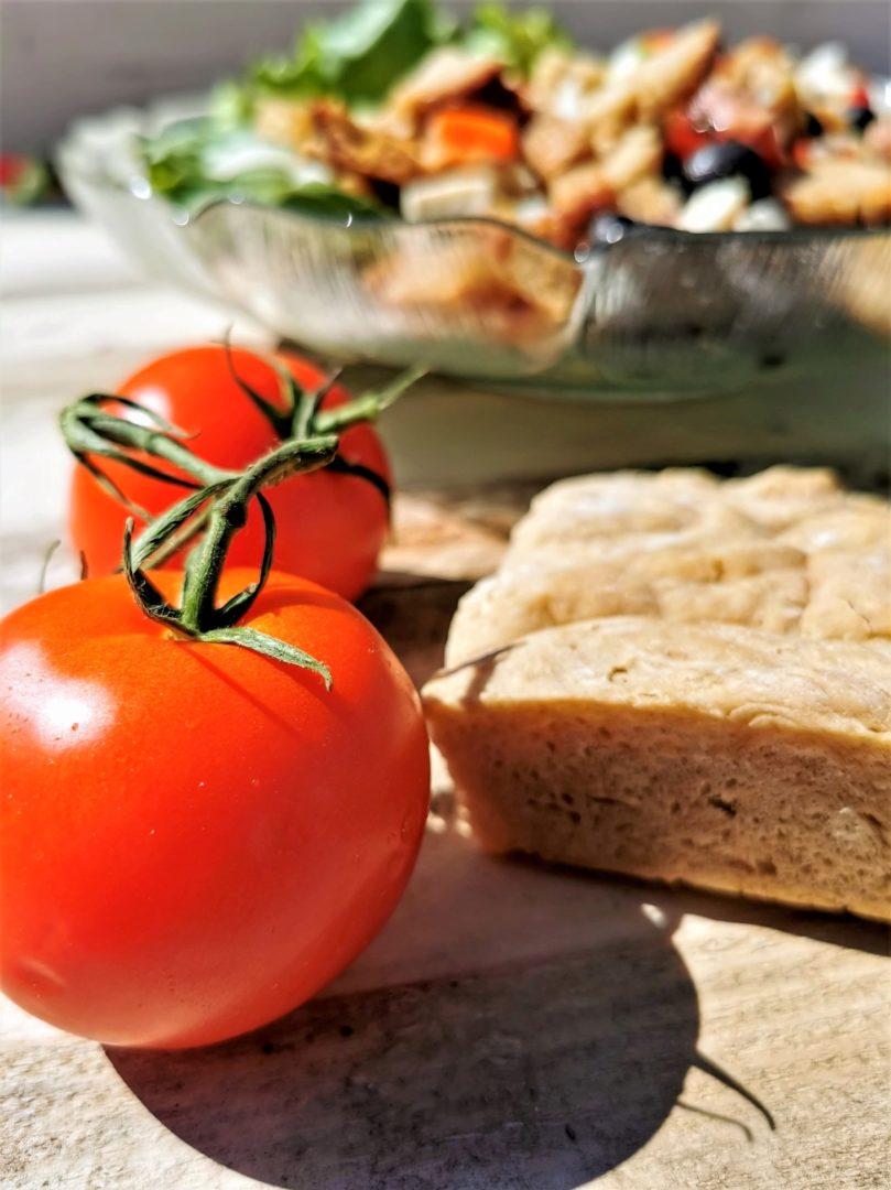Brotsalat mit Tomaten, Mozzarella, Oliven und Gurke - ein sommerlich leichtes Gericht zum Nachmachen.