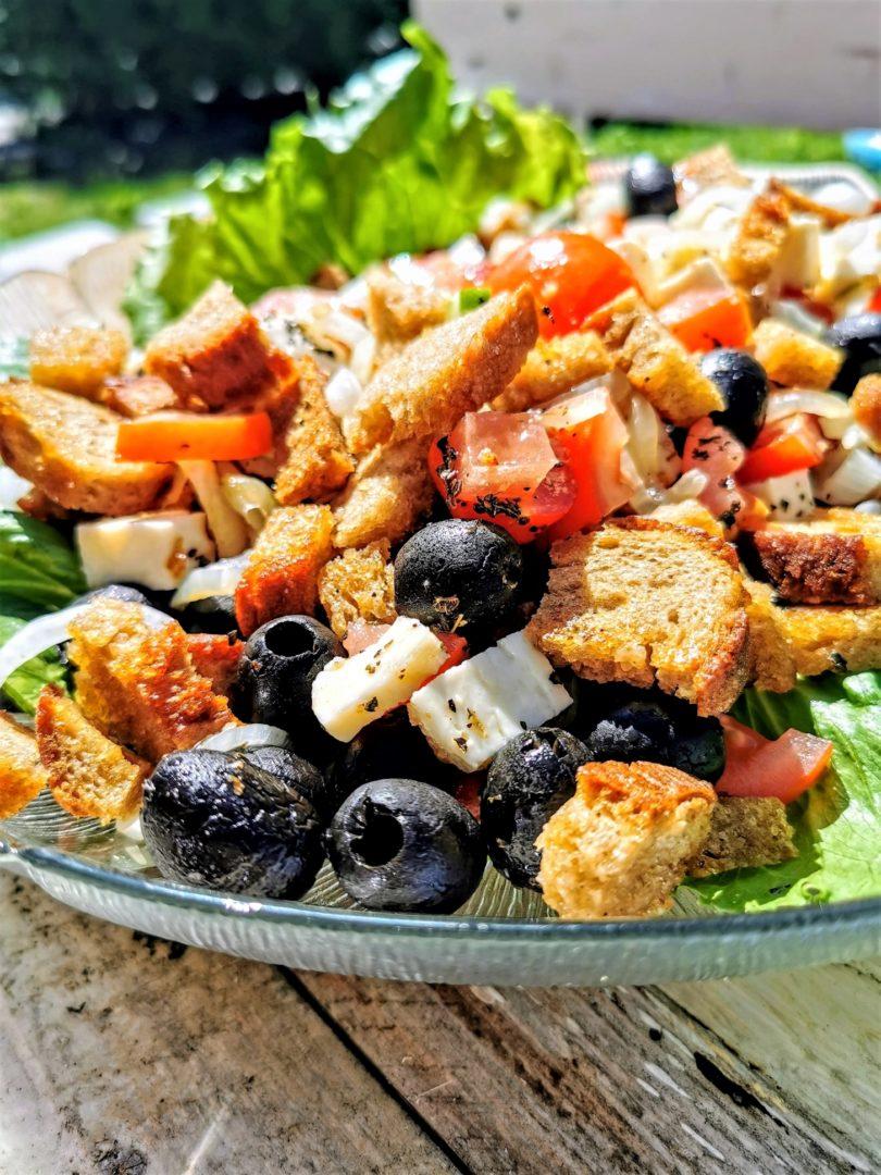Vegetarischer Brotsalat mit Oliven, Tomaten und Gurke