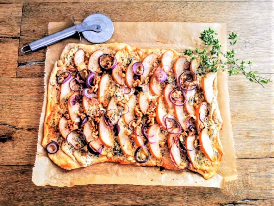 Flammkuchen mit Birne und Cambozola - ein herbstlich würziges Rezept für vegetarischen Genuss