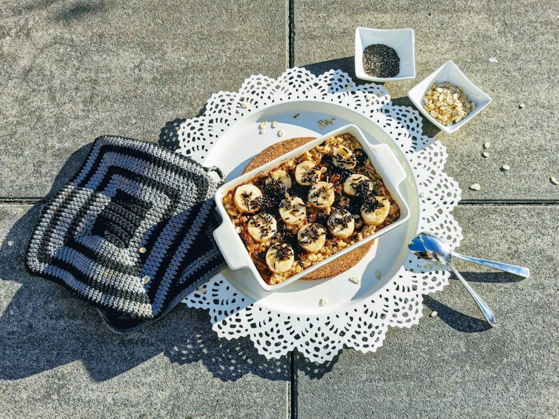 Baked Oatmeal Banana Split - der perfekte Start in den Tag mit meinem Porridge aus dem Ofen. Haferbrei mit Banane, Schokostreuseln und Chiasamen. Lecker und gesund!