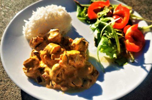 Rezept für grobe Bratwurst in Senf-Sahnesoße mit Basmatireis - ein Wohlfühlgericht, das in wenigen Minuten zubereitet ist. Perfekt für den schnellen Hunger