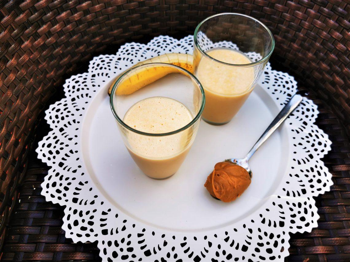 Rezept für vegane Bananenmilch mit Erdnussbutter: Ein rundum gesundes Frühstück für alle, die morgens nicht gern essen.