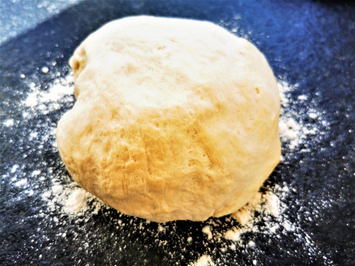 Ein einfaches und gelingsicheres Grundrezept für Pizzateig. So easy kannst du Pizza selber backen ohne Fertigteig. Einfach lecker!