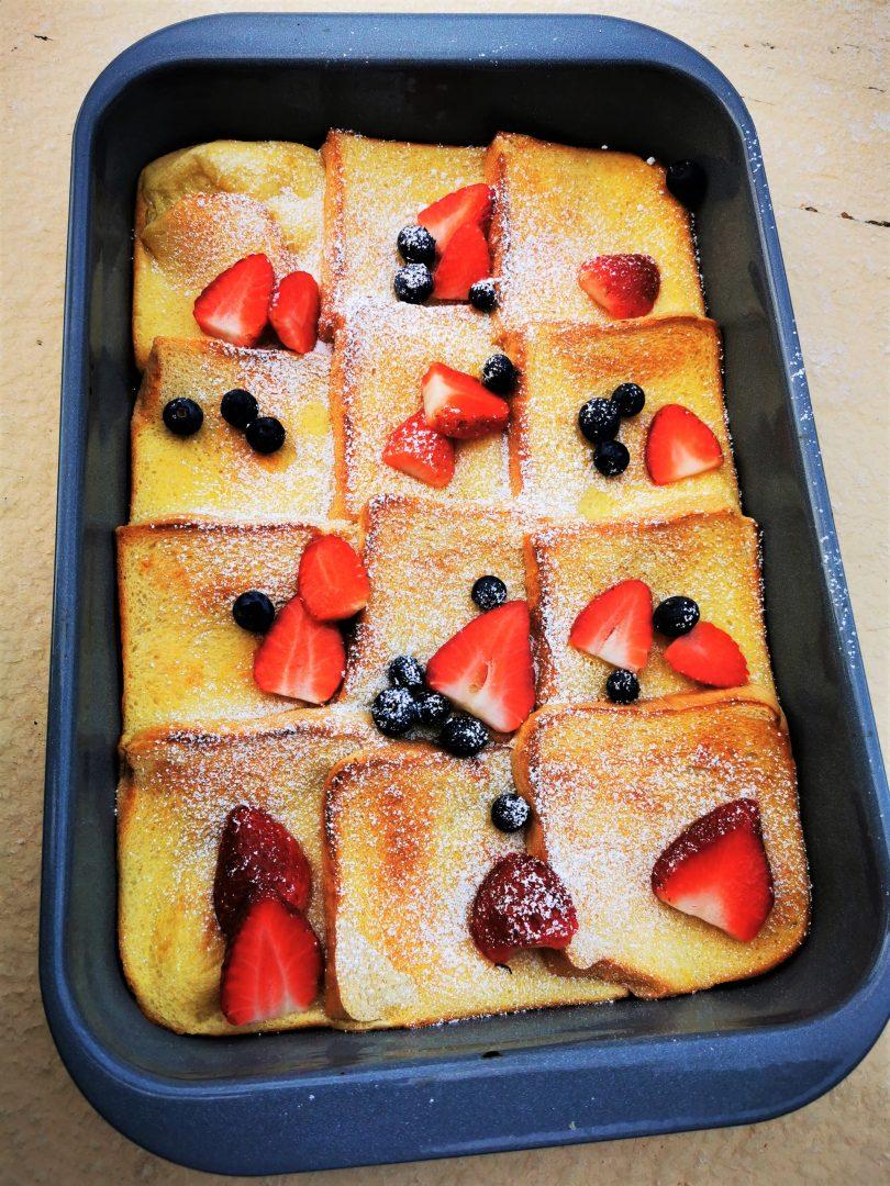 Der wohl beste Frenchtoast aus dem Ofen. Herrlich unkompliziert, schnell und lecker ist dieses Rezept, das du kinderleicht zubereiten kannst!