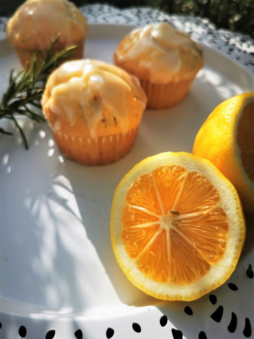 Dieses Rezept für Zitronenmuffins hat es in sich. Durch den Rosmarin und den Zitronenpfeffer bekommen die Muffins eine pfiffige Note.