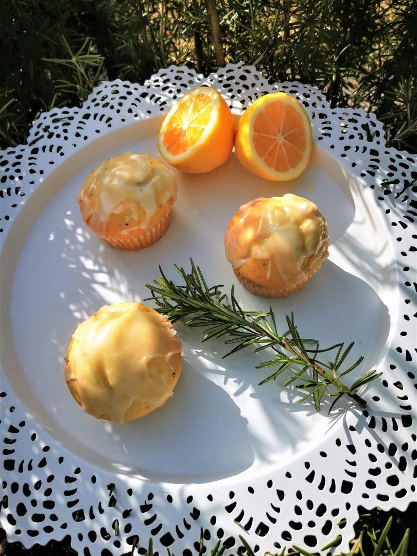 Dieses Rezept für Zitronenmuffins hat es in sich. Durch den Rosmarin und den Zitronenpfeffer bekommen die Muffins eine pfiffige Note. Nachbacken und genießen!