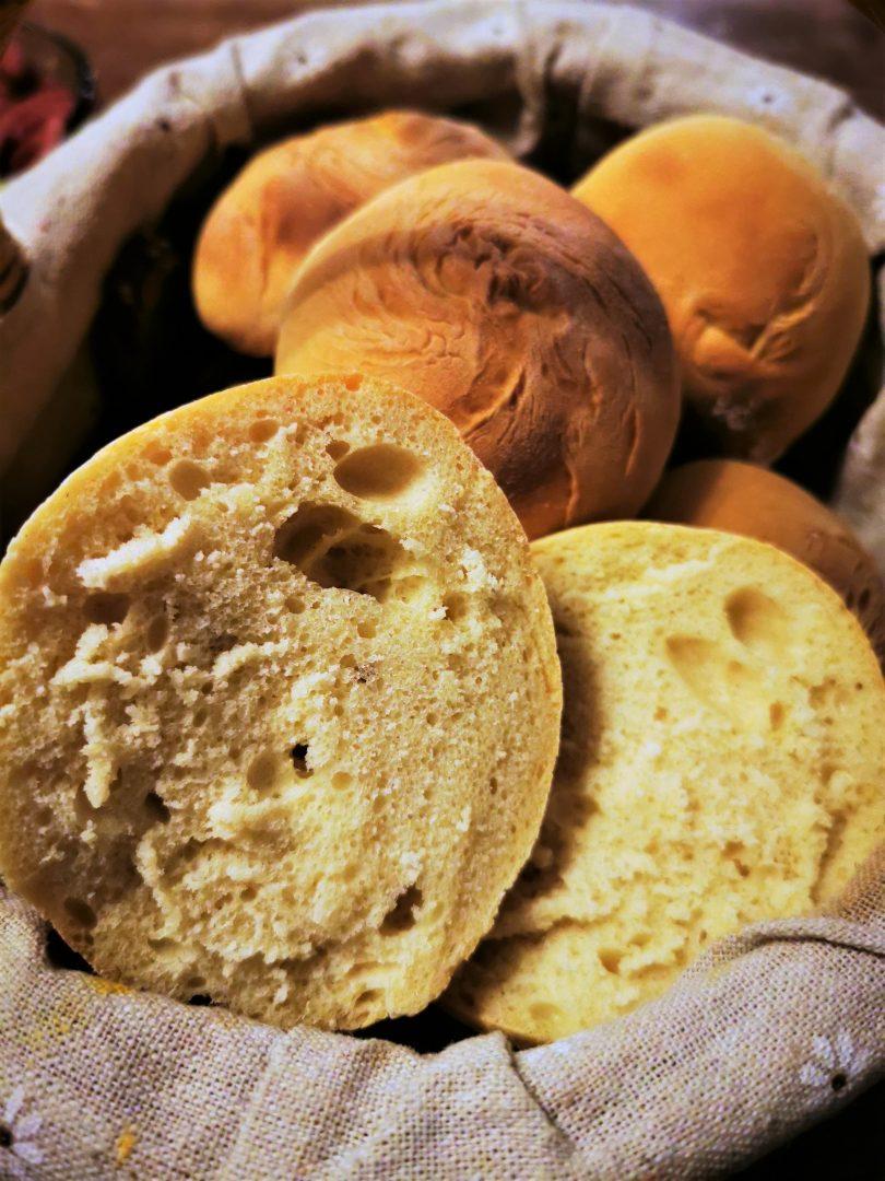 Fluffige leckere Frühstücksbrötchen in weniger als einer Stunde. Ein Backrezept, perfekt für sonntags, damit man nicht das Haus verlassen muss.