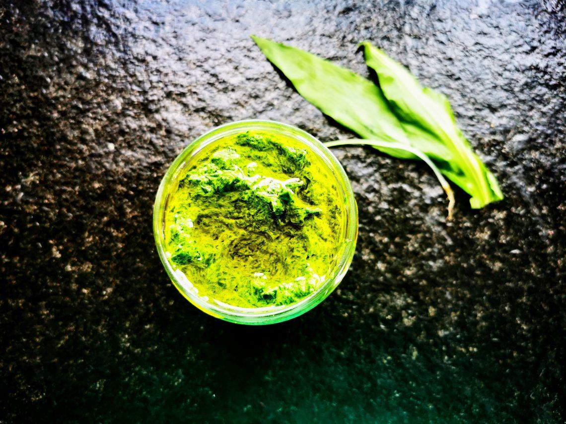 Ein leckeres und einfaches veganes Rezept für Bärlauchpaste. Bärlauch haltbar machen mit wenigen Zutaten und geringem Zeitaufwand.