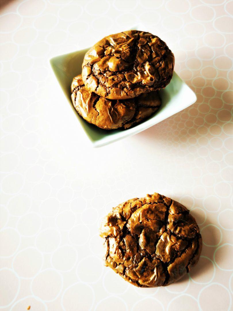 Du möchtest richtig geniale Schokokekse backen? Dann probier das Rezept für Double Chocolate Cookies aus. Herrlich softe Kekse mit Schokolade!