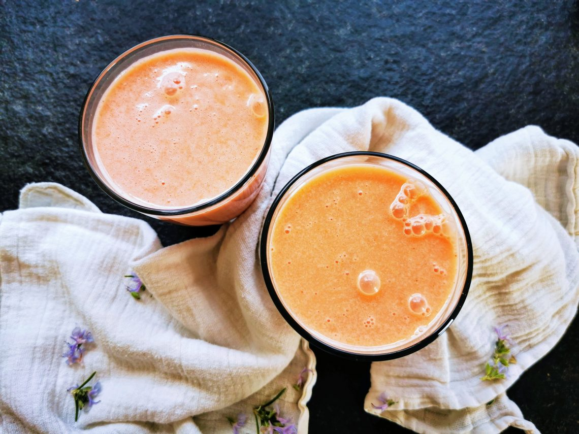 Du suchst ein sommerlich erfrischendes Getränk? Wie wäre es mit Melonen-Lassi? Ein einfaches veganes Rezept für einen leckeren Joghurtdrink.