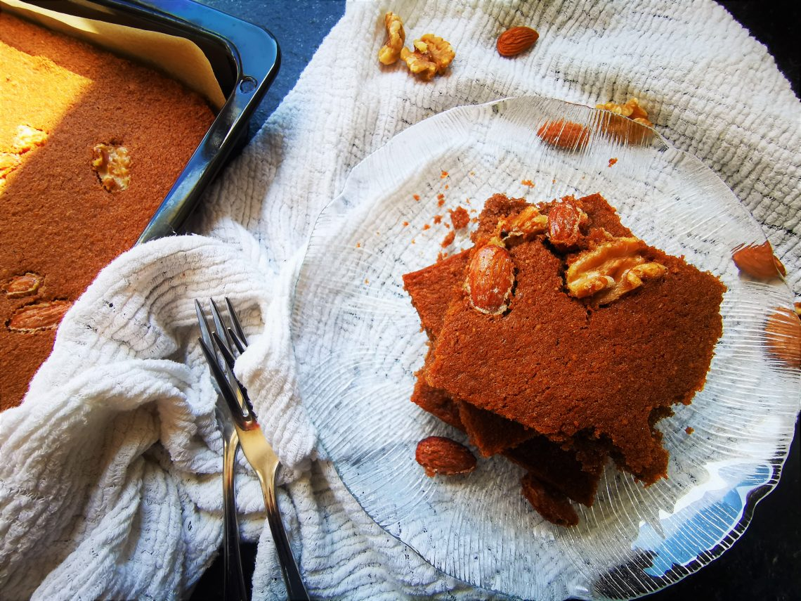Ein einfaches Rezept für Nusskuchen vom Blech. Perfekt, wenn es mal wieder schnell gehen muss. Dieses Backrezept ist kinderleicht und lecker.